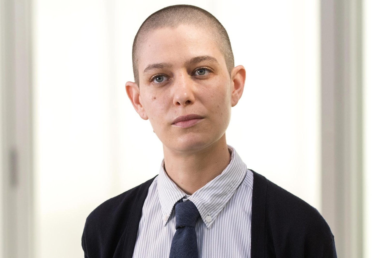 Asia Kate Dillon personificando a Taylor Mason en Billions