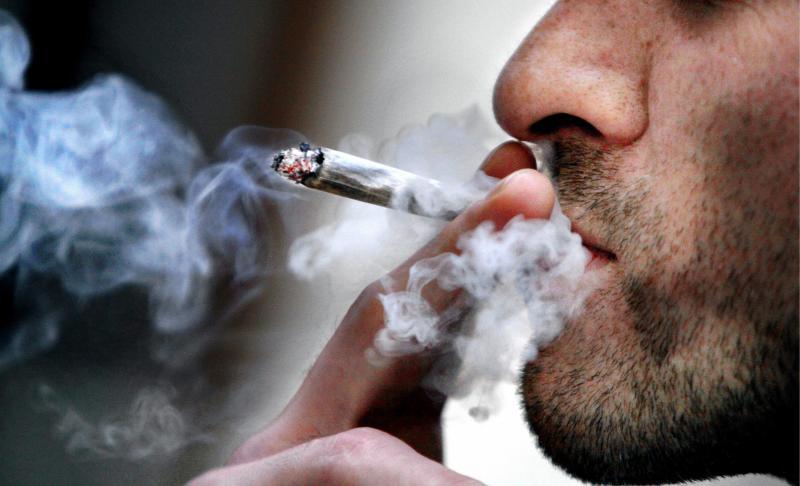 La police de Tinghir a interpellé deux individus qui mangeaient et fumaient en public.