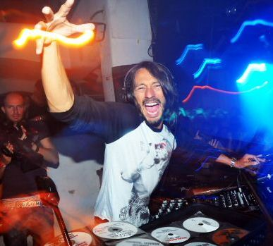 Foto de Bob Sinclar de DJ en una fiesta
