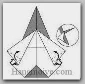 Bước 7: Kéo và gấp chéo hai cạnh giấy lên trên (Xem thêm video)