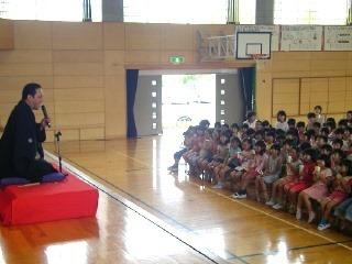 生徒が笑って参加する三遊亭楽春の学校での落語会の風景です。