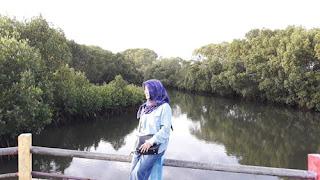 Rina Rayis di Jembatan Kayu Menuju Syariah Beach Pusan