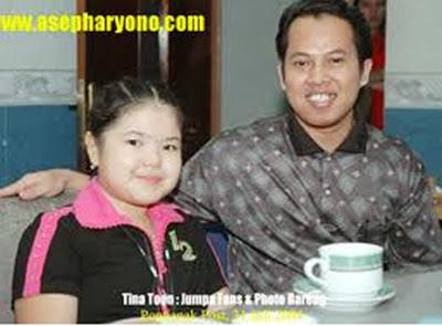 Penulis bersama Tina Toon dalam acara Jumpa Fans saat dia dan rombongan berkunjung ke Pontianak Post 3rd Floor, 31 Juli 2004 : 13.30 WIB    Foto Bearing