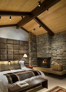 habitación decorada con chimenea