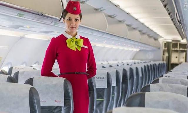 Γνωρίζεις γιατί οι αεροσυνοδοί σε υποδέχονται με τα χέρια πίσω από την πλάτη;
