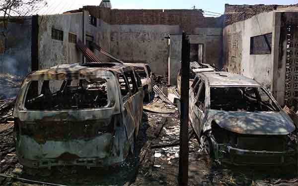 empat mobil mewah ikut terbakar di komplek pertokoan pekiringan