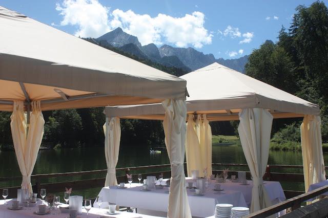 Riessersee-Floß, Rundfahrt auf dem See, Schleierkraut-Wolken in rosa und weiß - Sommerhochzeit in Bayern, Garmisch-Partenkirchen, Riessersee Hotel, Hochzeitshotel, Babies breath wedding