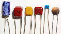 Çeşitli boy, renk ve şekillerde kondansatörler