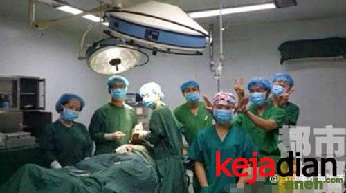 Foto Selfie Dokter Bedah Cina