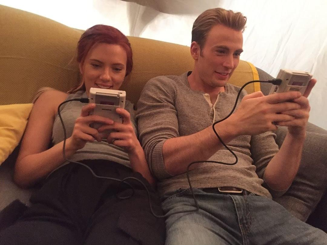 Black Widow and Captain America playing gameboy on the set of Endgame :「アベンジャーズ : エンドゲーム」の撮影の合い間にゲーム中のブラック・ウィドウとキャプテン・アメリカ😁