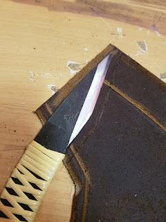 Couteau japonais sur planche de cuir