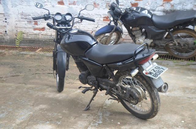 Em Cruzeiro do Sul, polícia encontra moto com placa adulterada em terreno baldio