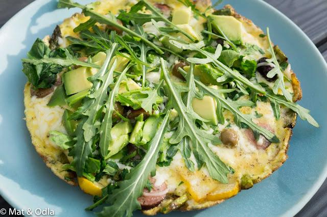 omelett med avocado och ruccola