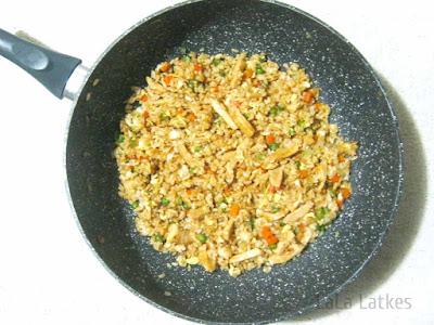 Жареный рис с курицей и овощами