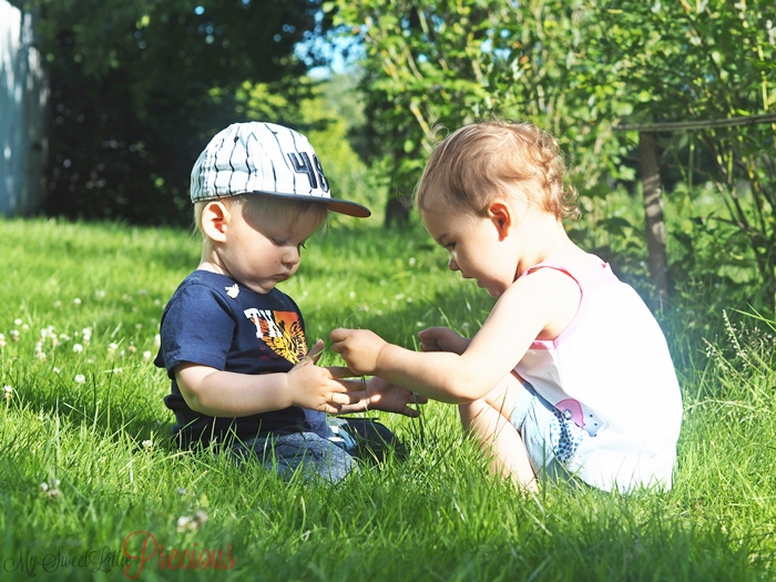 dzieci bawią się