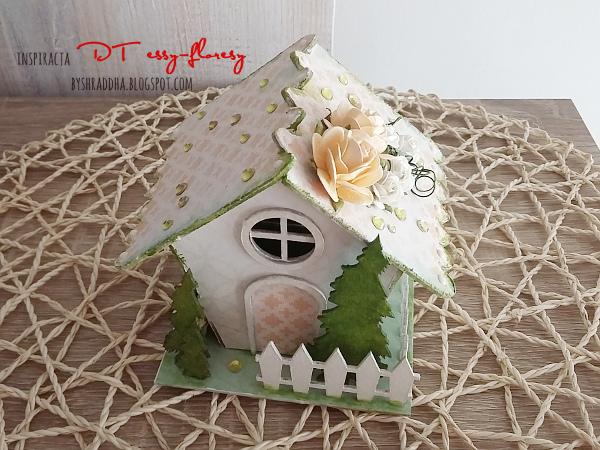 13. Wiosennie ozdobiony domek z tektury