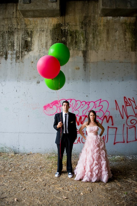 photo mariés avec ballons hélium