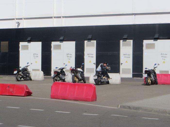 Стоянка для мотоциклов у Моремолл