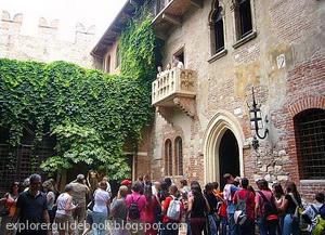 Romeo dan Juliet di Italia Juliet's House statue and Balcony