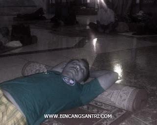 santri tidur di masjid