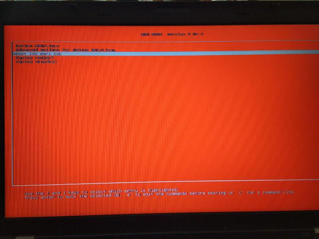 Layar ThinkPad yang dominan warna merah