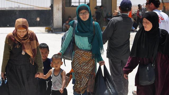 Cerita Pilu WNI Di Suriah, Leefa (tengah kerudung hijau) WNI yang Hijrah Ke Suriah untuk Bergabung dengan Daulah Islamiyah
