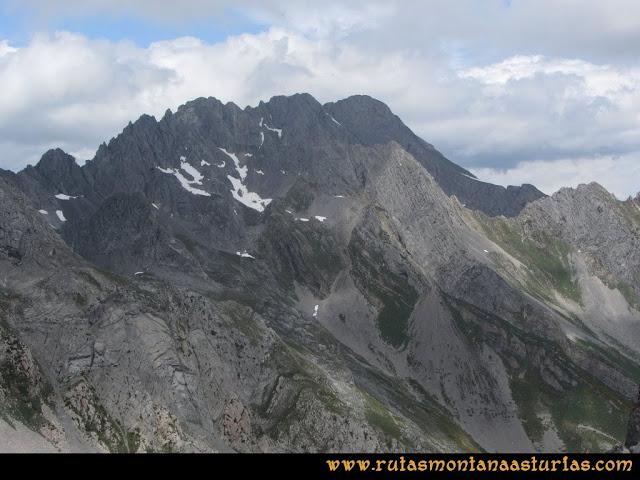 Ruta Peña Cerreos y Ubiña Pequeña: Vista de los Castillines, Siete y Fontanes desde Peña Cerreos