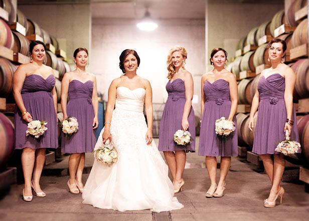 robe demoiselle d'honneur violette courte bustier coeue et bouquet rose pale