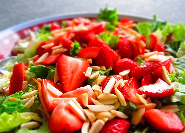 Aprovecha para comer fruta en tus ensaladas