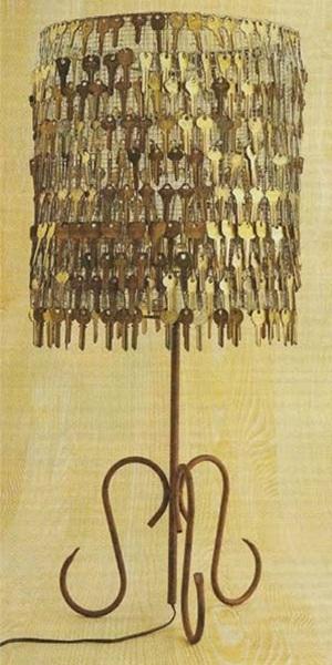 Kap lampu meja juga bisa dibuat dari kunci-kunci bekas.