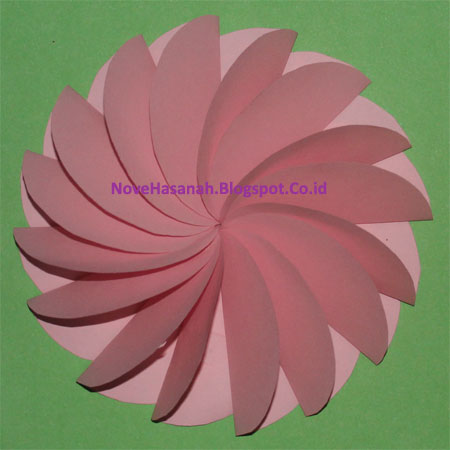 hiasan dekoratif bunga kincir dari kertas yang unik untuk penghias kelas ini sangat mudah dibuat. ikuti langkah-langkahnya berikut ini.
