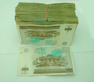 Le Chameau Bleu - Blog Voyage Ouzbékistan -  Liasse de sum représentant 100 dollars US