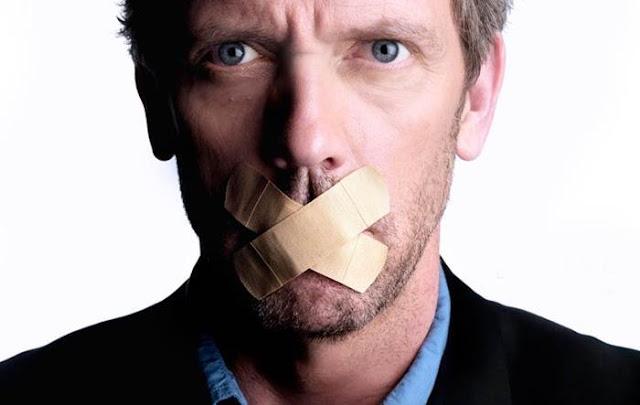 homem com boca fechada