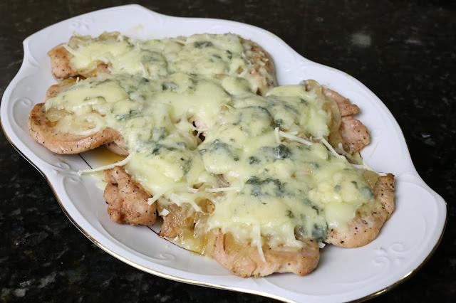 Filetes de pechuga de pavo con cebolla caramelizada y quesos