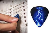 Üzerinde yıldırım veya şimşek deseni olan siyah renkli gitar penası