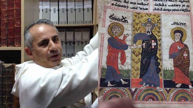 Frei Najeeb-Michaeel O.P., exibe um dos documentos salvos