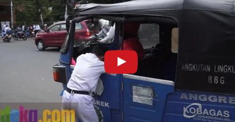 VIDEO: Bertahan Hidup Dan Rawat Anak Di Dalam Bajaj, Kisah Hidup Pria Ini Sungguh Mengharukan