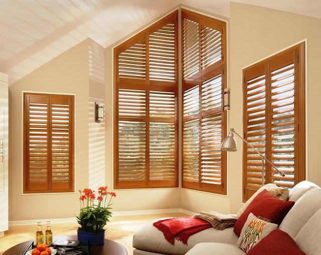 Brązowe okiennice drewniane wewnętrzne w salonie