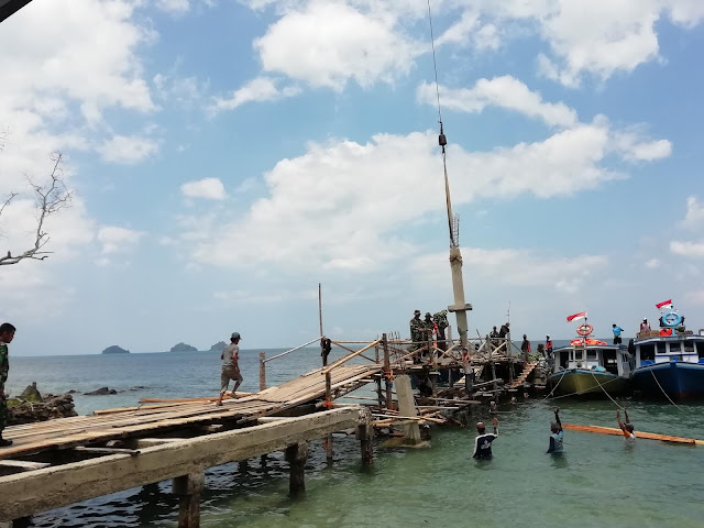 TNI dan Masyarakat Gotong Royong Pasang Tiang Penyangga Dermaga Canti