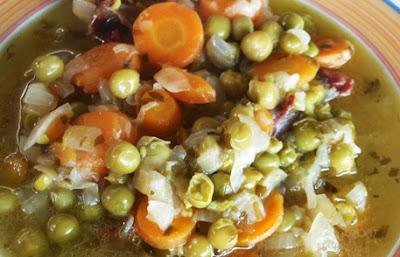 Potaje de guisantes frescos con zanahorias