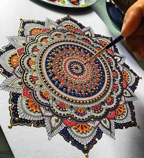 """El término en sánscrito Mandala significa """"círculo"""" y son una forma de diagramas geométricos constituidos por la imaginación, y representa mediante el equilibrio de los elementos visuales la unidad, la armonía y la infinitud del Universo."""