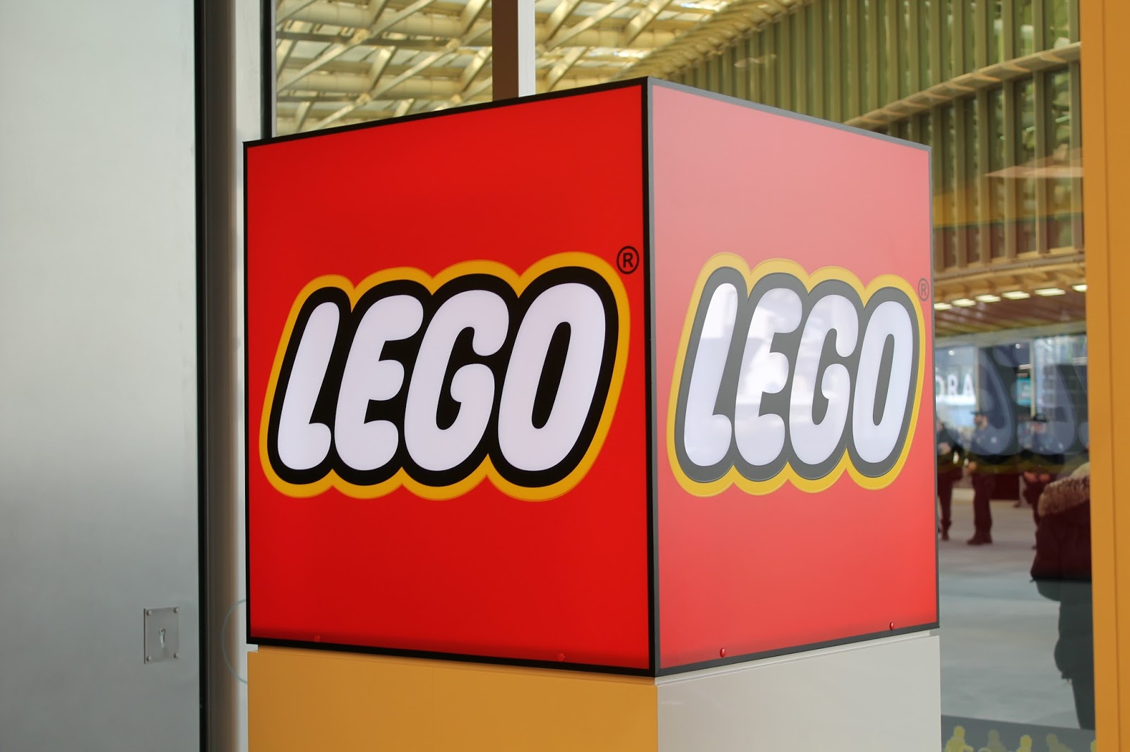 lego legostore legostoreparis store boutique ouverture evenement paris les halles forum canopee chatelet brique inauguration avril 2016