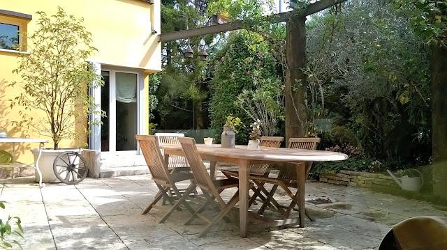 il giardino lastricato della villa in vendita a mozzo via mozzi