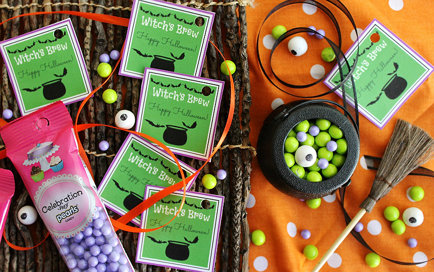 Witch's Brew Cauldron Favors- These #CelebrationSpookyTreats can be made in minutes with these free and fun printables and some Sixlets! #AD