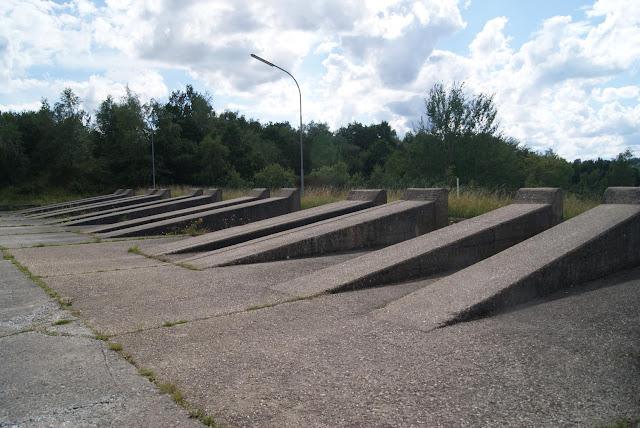 Mehrere Steinrampen sind nebeneinander auf einem Asphaltplatz aufgebaut
