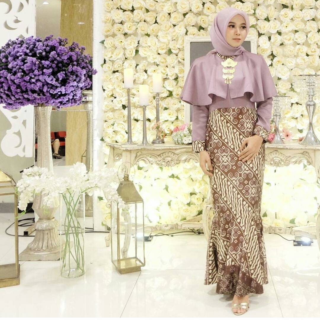Baju Embos Kombinasi Batik: 45 Model Baju Brokat Kombinasi Batik Modern 2019