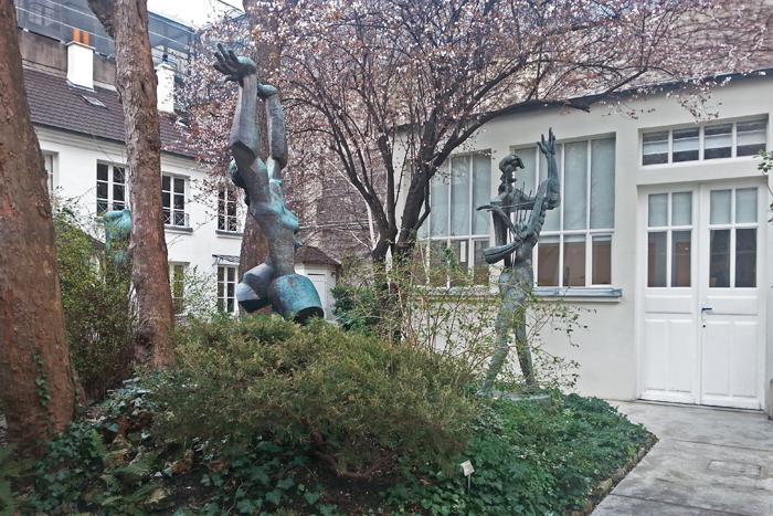 Vue de 2 statues dans le jardin du musée Zadkine à Paris