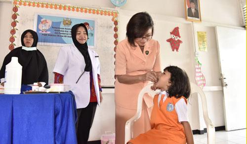 VITAMIN A : Pengurus Yasarini Cabang Lanud Supadio yang diketuai Ny. Wanty Minggit Tribowo memberikan vitamin A kepada anak-anak TK Angkasa Lanud Supadio, Senin (26/2).