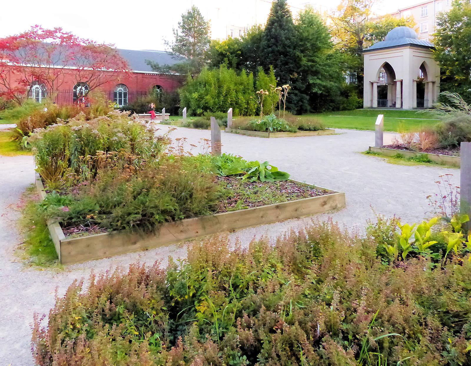 Le jardin de l'Hospice et le calvaire dans le fond