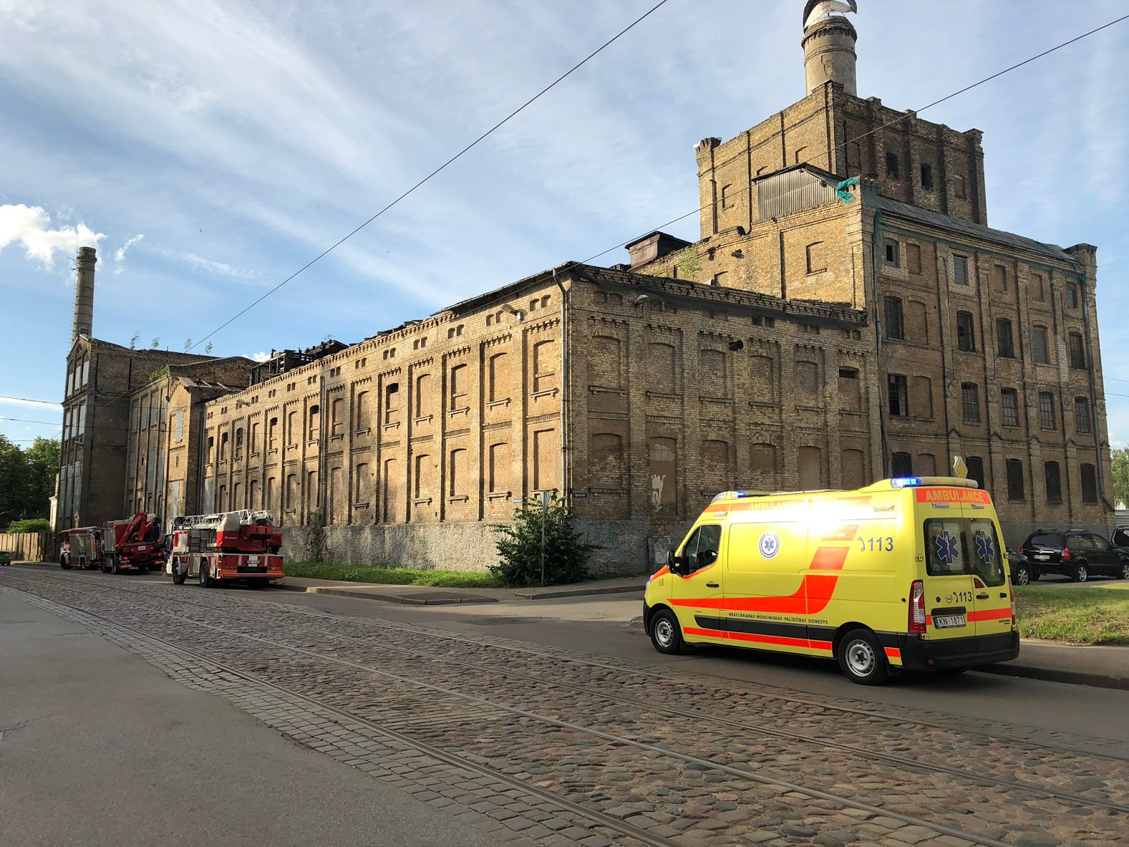 Operatīvie dienesti pie pamestās rūpnīcas ēkas